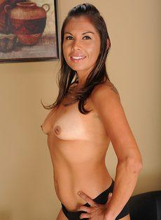 Латинская зрелая женщина не постеснялась продемонстрировать дырки - фото #8