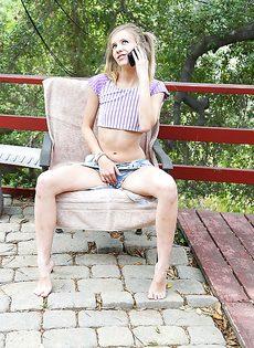 Молоденькая девка с крошечными сиськами сняла с себя трусики - фото #2
