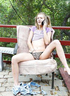 Молоденькая девка с крошечными сиськами сняла с себя трусики - фото #6