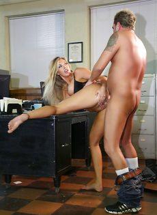Восхитительную блондинку оприходовали в офисе на столе - фото #12