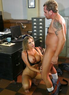 Восхитительную блондинку оприходовали в офисе на столе - фото #16