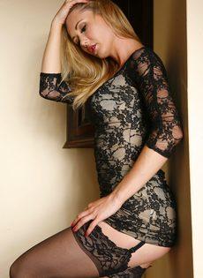 Длинноногая красивая девушка в черных чулках умело позирует - фото #3