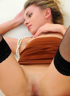 Эротическое соло миниатюрной развратницы в сексуальных чулках - фото #13