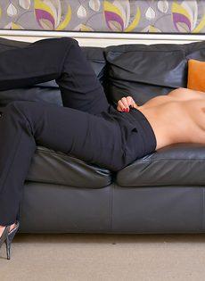 Лежит на диване и демонстрирует разгоряченную пилотку - фото #6