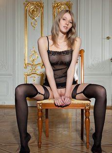 Начинающая молоденькая модель в сексуальных черных чулках - фото #8