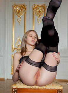 Начинающая молоденькая модель в сексуальных черных чулках - фото #9