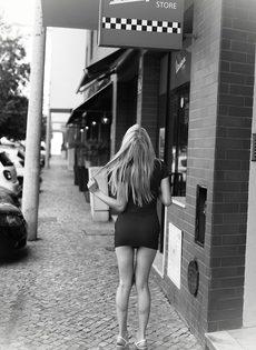 Худенькая блондинка без нижнего белья курит сигарету - фото #2