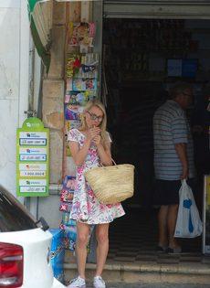 Худенькая блондинка без нижнего белья курит сигарету - фото #4