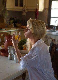 Худенькая блондинка без нижнего белья курит сигарету - фото #5