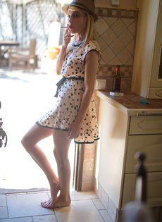 Худенькая блондинка без нижнего белья курит сигарету - фото #6