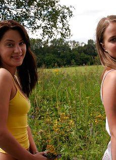 Молоденькие потаскушки демонстрируют попки и сиськи на природе - фото #1