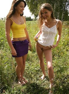 Молоденькие потаскушки демонстрируют попки и сиськи на природе - фото #9