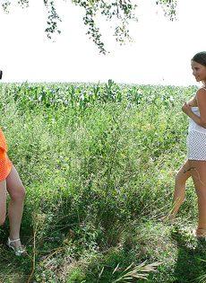 Молоденькие потаскушки демонстрируют попки и сиськи на природе - фото #12