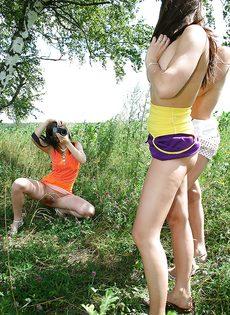 Молоденькие потаскушки демонстрируют попки и сиськи на природе - фото #16