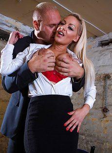 Сногсшибательная секретарша с удовольствием берет в рот член босса - фото #2