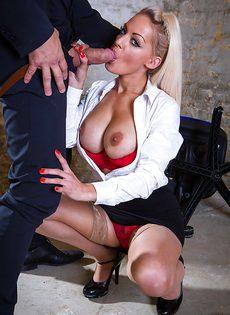 Сногсшибательная секретарша с удовольствием берет в рот член босса - фото #3