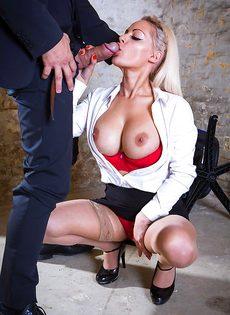 Сногсшибательная секретарша с удовольствием берет в рот член босса - фото #4