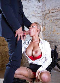 Сногсшибательная секретарша с удовольствием берет в рот член босса - фото #5