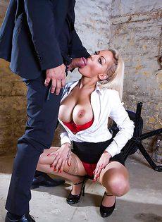 Сногсшибательная секретарша с удовольствием берет в рот член босса - фото #6