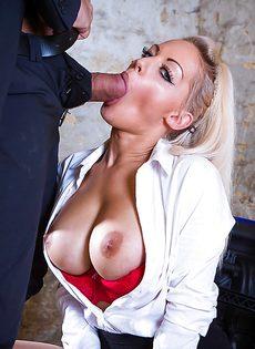 Сногсшибательная секретарша с удовольствием берет в рот член босса - фото #7