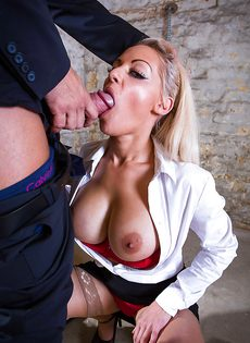 Сногсшибательная секретарша с удовольствием берет в рот член босса - фото #12