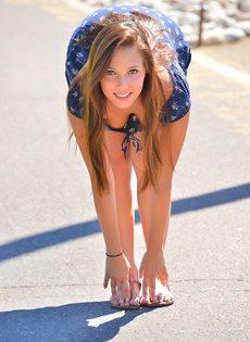 Очаровательная девушка разгуливает по городу без нижнего белья - фото #2