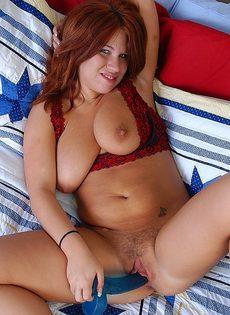Мамка с аппетитными формами занимается вагинальной мастурбацией - фото #9