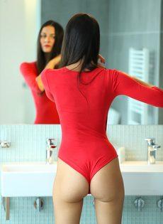 Восхитительная брюнетка со стройной фигуркой принимает ванну - фото #1