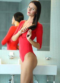 Восхитительная брюнетка со стройной фигуркой принимает ванну - фото #2