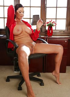 Взрослая женщина с натуральными сиськами раздвигает ножки - фото #1