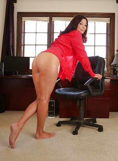 Взрослая женщина с натуральными сиськами раздвигает ножки - фото #3