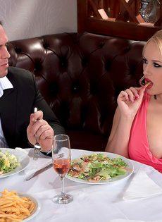 Трахнул блондинку с пышными сиськами прямо в ресторане - фото #3