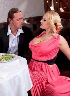 Трахнул блондинку с пышными сиськами прямо в ресторане - фото #4