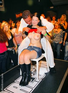 Стриптизеры развлекают молоденьких развратниц на вечеринке - фото #3