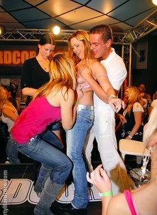 Стриптизеры развлекают молоденьких развратниц на вечеринке - фото #5