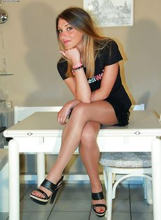 Молодушка сняла обувь и продемонстрировала стройные ножки - фото #2