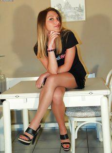 Молодушка сняла обувь и продемонстрировала стройные ножки - фото #3