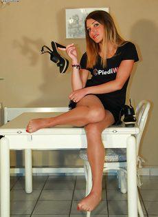 Молодушка сняла обувь и продемонстрировала стройные ножки - фото #14