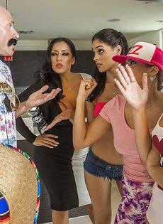 Джонни Синс по очереди трахает сучек с большими попками - фото #1