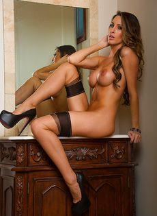 Сладострастная потаскушка в сексуальном нижнем белье и в красивых чулках - фото #12