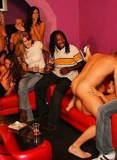 Мужики трахают девушек на вечеринке - фото #