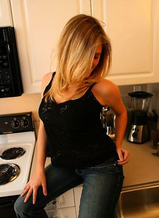 Девушка мастурбирует через джинсы - фото #