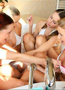 Выпевшие девушки веселятся - фото #