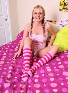 Грудастая блондинка раздевается на кровате - фото #