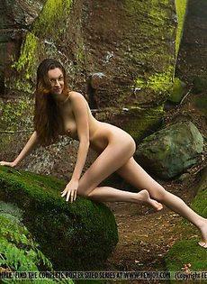 Длиннаногая голая красавица - фото #
