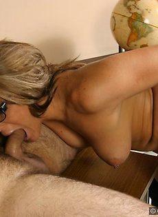 Сексуальная училка сосёт член - фото #