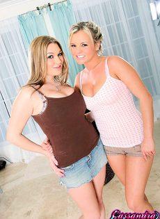 Две сиськастые девицы - фото #