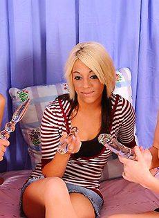 Три девушки и их стекляный самотык - фото #