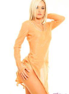 Милая блондинка с красивым телом - фото #