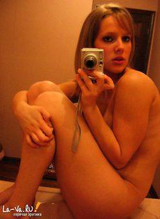 Блондинка фотографирует свои части тела - фото #